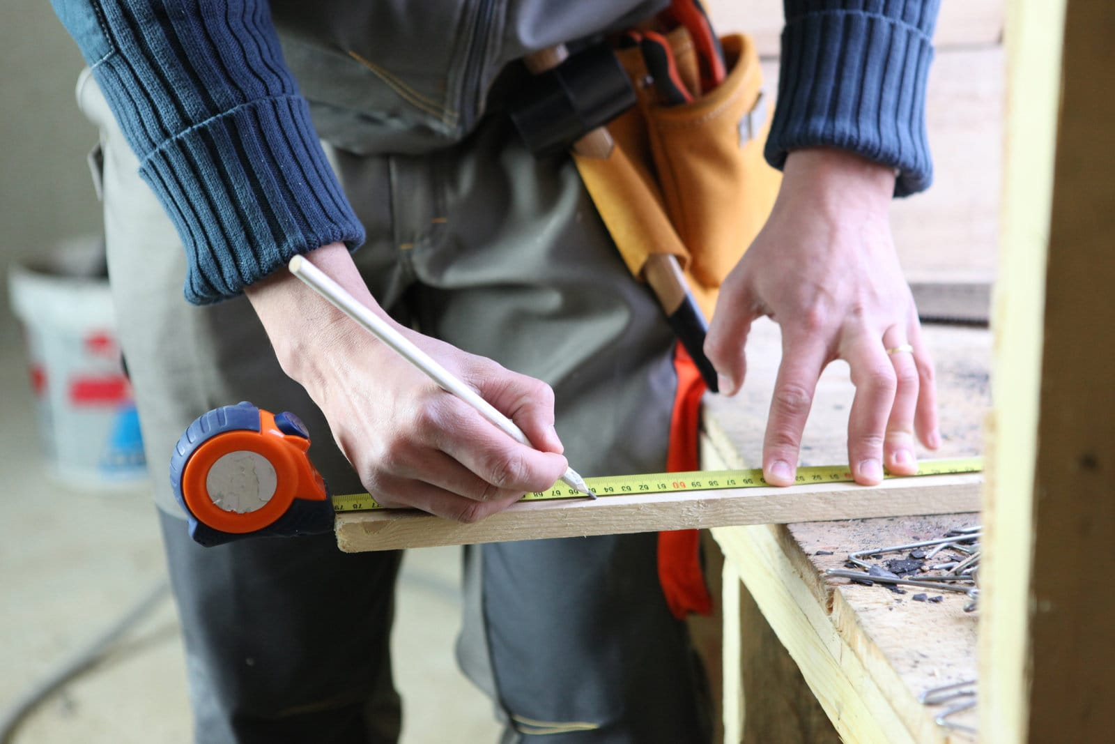 joiner marking off the wood